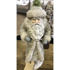 Kerstman met boom op de rug